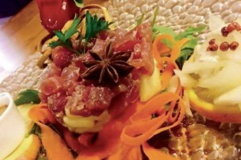 Tuna tartare with strawberries